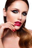Schönes junges weibliches Gesicht mit mehrfarbigem Make-up der hellen Mode Lizenzfreie Stockfotografie