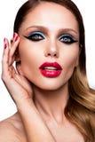Schönes junges weibliches Gesicht mit mehrfarbigem Make-up der hellen Mode Lizenzfreie Stockbilder