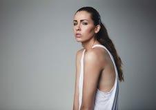 Schönes junges weibliches Modell, das im Trägershirt aufwirft Stockbilder