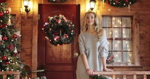 Schönes junges weibliches Modell mit dem langen gelockten blonden Haar auf Weihnachts- und des neuen Jahresdekorationshintergrund stock footage