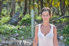 Schönes junges weibliches Porträt an tropischem Dschungel Brasiliens Morro lizenzfreie stockfotos