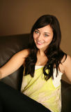Schönes junges weibliches vorbildliches Lächeln Lizenzfreie Stockfotografie
