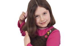 Schönes Kämmen des kleinen Mädchens Stockfoto