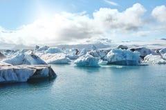 Schönes kaltes Landschaftsbild der isländischen Gletscherlagunenbucht, Lizenzfreie Stockfotografie