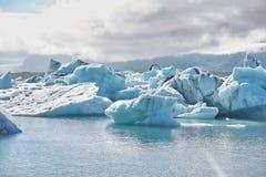 Schönes kaltes Landschaftsbild der isländischen Gletscherlagunenbucht, Lizenzfreies Stockfoto