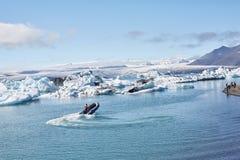 Schönes kaltes Landschaftsbild der isländischen Gletscherlagunenbucht, Stockbild