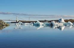 Schönes kaltes Landschaftsbild der isländischen Gletscherlagunenbucht, Stockfotos
