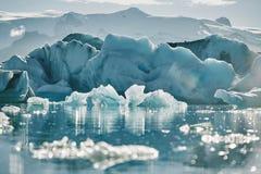 Schönes kaltes Landschaftsbild der isländischen Gletscherlagunenbucht, Stockfoto