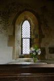 Schönes Kapellenfenster mit Blumen Stockfoto
