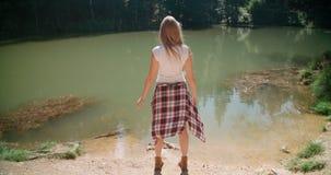 Schönes kaukasisches Mädchen, das Zeit durch einen See in Holz verbringt Lizenzfreie Stockbilder