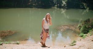 Schönes kaukasisches Mädchen, das Zeit durch einen See in Holz verbringt Lizenzfreie Stockfotografie