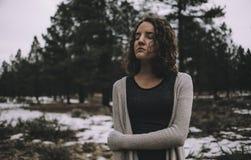 Schönes kaukasisches Mädchen draußen in der Natur zur Tageszeit Lizenzfreie Stockfotos