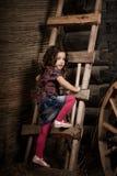 Schönes Kind auf dem Bauernhof Stockbild