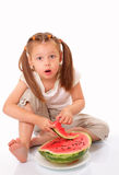 Schönes Kind, das Wassermelone isst stockfotos