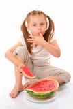 Schönes Kind, das Wassermelone isst lizenzfreie stockfotografie