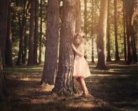 Schönes Kinderfeenhaftes Mädchen im magischen Holz lizenzfreie stockbilder