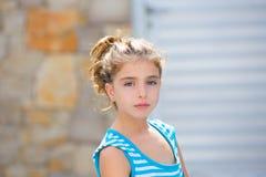 Schönes Kindermädchen Brunetteporträt im Blau Stockbilder