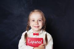 Schönes Kindermädchen, das Buch lächelt und hält lizenzfreies stockfoto