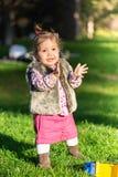 Schönes Kindermädchen, das Spaß draußen hat lizenzfreie stockfotos