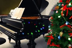 Schönes Klavier und Weihnachtsbaum Stockfotografie