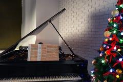 Schönes Klavier und Weihnachtsbaum Lizenzfreie Stockfotos