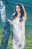 Schönes Kleid des Mädchens in Mode stehen Birke bereit lizenzfreie stockfotografie