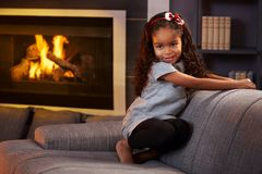 Schönes kleines Afromädchen im Wohnzimmer Lizenzfreie Stockbilder