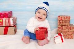 Schönes kleines Baby mit Geschenk Lizenzfreie Stockbilder