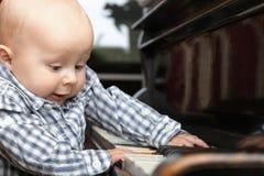 Schönes kleines Baby spielt Klavier Lizenzfreie Stockfotos