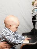Schönes kleines Baby spielt Klavier Stockfotografie