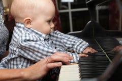 Schönes kleines Baby spielt Klavier Lizenzfreies Stockfoto
