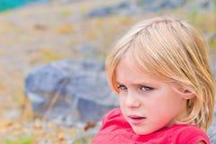 Schönes kleines blondes entspannendes Mädchen Lizenzfreies Stockbild