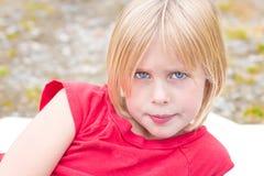 Schönes kleines blondes entspannendes Mädchen Stockbilder