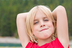 Schönes kleines blondes entspannendes Mädchen Stockfotografie