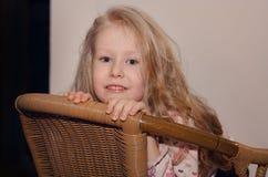 Schönes kleines blondes Mädchen mit dem langen Haar Lizenzfreie Stockfotografie