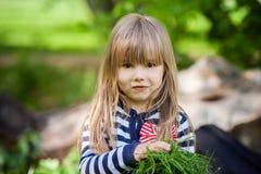 Schönes kleines blondes Mädchen, Spielen im Freien, Frühjahr Stockfotografie