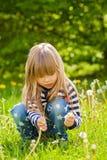 Schönes kleines blondes Mädchen, Spielen im Freien, Frühjahr Lizenzfreie Stockfotografie