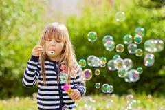 Schönes kleines blondes Mädchen, Spielen im Freien, Frühjahr Lizenzfreies Stockfoto