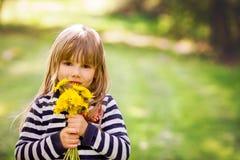 Schönes kleines blondes Mädchen, Spielen im Freien, Frühjahr Stockbilder