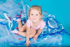 Schönes kleines glückliches Mädchen Stockbilder