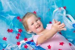 Schönes kleines glückliches Mädchen Stockbild