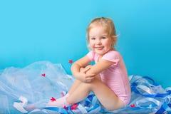 Schönes kleines glückliches Mädchen Stockfotos