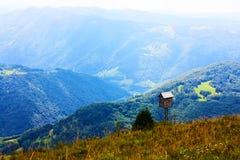 Schönes kleines hölzernes Haus in den Alpen Stockfoto