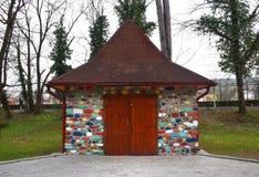 Schönes kleines Haus mit bunten Ziegelsteinen und Steinen stockfoto