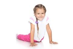 Schönes kleines Mädchen auf weißem Fußboden Lizenzfreie Stockbilder