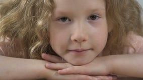 Schönes kleines Mädchen, das bewegungslos in Kamera, tief und in gefühlvollen Blick anstarrt stock video