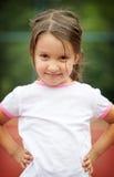 Schönes kleines Mädchen, das draußen lächelt Lizenzfreie Stockfotos