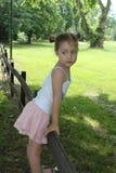 Schönes kleines Mädchen, das in einem Minirock aufwirft Lizenzfreie Stockbilder