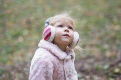 Schönes kleines Mädchen, das oben schaut lizenzfreies stockbild
