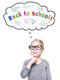 Schönes kleines Mädchen, das oben an zurück zu der Schule lokalisiert schaut Lizenzfreie Stockbilder